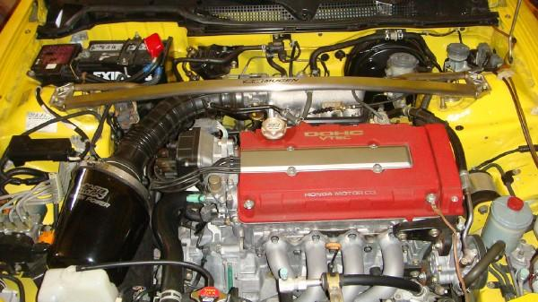 2000 ITR engine bay with mugen intake and strut bar